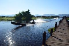 Bateaux touristiques près du pont en bois Village de Maing Thauk Lac Inle myanmar photographie stock