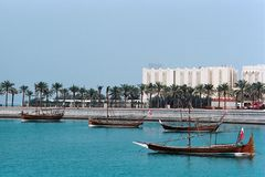 Bateaux traditionnels montrés dans Doha Qatar image libre de droits