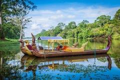 Bateaux traditionnels thaïlandais sur le lac près, temple de Bayon dans Angkor Image libre de droits