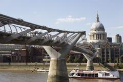 Bateaux traversant le fleuve de la Tamise sous la passerelle Image stock