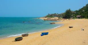 Bateaux tribals sur la belle plage Images libres de droits