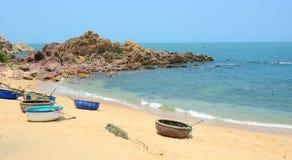 Bateaux tribals sur la belle plage Photo libre de droits