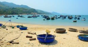 Bateaux tribals sur la belle plage Photographie stock libre de droits