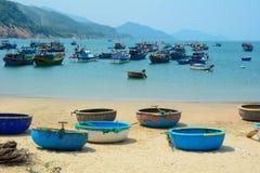 Bateaux tribals sur la belle plage Image stock