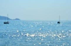 Bateaux troubles de vue de bord de la mer et plage d'océan image libre de droits