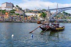Bateaux typiques de la rivière de Douro à Porto Vues panoramiques du centre de la ville historique de Porto au Portugal Photo stock