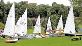 Bateaux à voile prêts pour la course Photo stock
