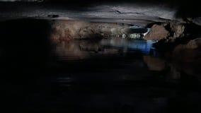 Bateaux voyageant par les cavernes banque de vidéos