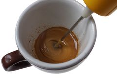Batedor bonde para o café instantâneo e o copo isolados no branco foto de stock royalty free