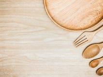 Batedor de ovos de madeira e inoxidável da cozinha do utensílio para cozinhar no fundo de madeira Espaço branco da cópia da vista Foto de Stock Royalty Free
