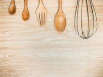 Batedor de ovos de madeira e inoxidável da cozinha do utensílio para cozinhar no fundo de madeira Espaço branco da cópia da vista Fotografia de Stock