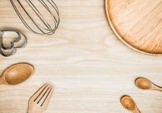 Batedor de ovos de madeira e inoxidável da cozinha do utensílio para cozinhar no fundo de madeira Espaço branco da cópia da vista Fotos de Stock