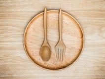 Batedor de ovos de madeira e inoxidável da cozinha do utensílio para cozinhar no fundo de madeira Espaço branco da cópia da vista Fotografia de Stock Royalty Free