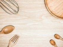 Batedor de ovos de madeira e inoxidável da cozinha do utensílio para cozinhar no fundo de madeira Espaço branco da cópia da vista Fotos de Stock Royalty Free