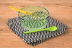 Batedor de ovos do fio em uma bacia Imagem de Stock Royalty Free