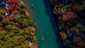 Batelier de vue aérienne donnant un coup de volée le bateau pour que les touristes apprécient le f Images stock