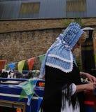 Batelier sur son bateau d'étroit de canal à la célébration de 200 ans du canal de Leeds Liverpool chez Burnley Lancashire Images stock