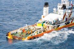 Batelier travaillant au bateau d'approvisionnement de plate-forme, opération d'équipages sur le travail lourd de bateau d'installa Image stock