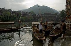 Bateliers dans Fenghuang photos libres de droits