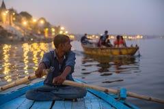 Bateliers sur la rivière de Ganga la nuit image stock