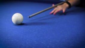 Batendo a bola de sugestão em uma mesa de bilhar azul vídeos de arquivo