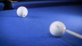 Batendo a bola de sugestão numere 7 em uma bola de bilhar azul A bola de bilhar bate o bolso vídeos de arquivo