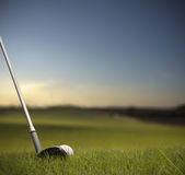 Batendo a esfera de golfe com clube Imagens de Stock