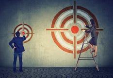 Batendo o alvo ou o objetivo diferente do negócio Fotografia de Stock Royalty Free