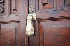 Batendo o botão de porta no close up de madeira da porta fotos de stock royalty free