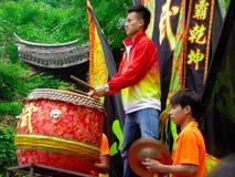 Batendo um gongo e um cilindro para o desempenho da dança de leão fotografia de stock royalty free