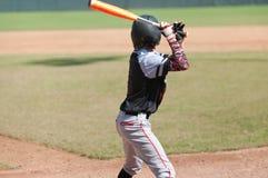 Bateo adolescente americano del jugador de béisbol Foto de archivo