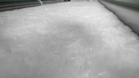 Bateo blanco del poliéster que mueve encendido un transportador de la fábrica almacen de video