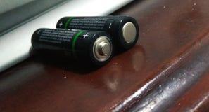 Batería AA más y menos imagen de archivo libre de regalías