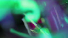 Batería abstracto que golpea los tambores con el movimiento Defocused y rápido de la lente