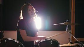 Batería de la percusión de la mujer joven que se realiza con los tambores almacen de metraje de vídeo