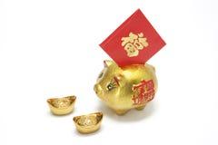 Batería guarra de oro con el paquete rojo Fotografía de archivo libre de regalías
