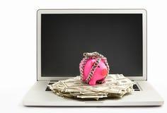 Batería guarra y dólar de Chanined en la computadora portátil imagen de archivo