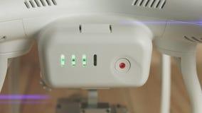 Batería para el abejón con el botón y los indicadores verdes del centelleo, primer metrajes