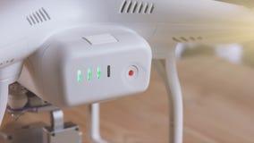 Batería para el abejón con el botón y los indicadores verdes del centelleo, primer almacen de video