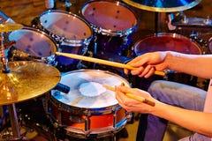 Batería Playing Drum Kit In Studio Imágenes de archivo libres de regalías