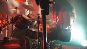 Batería profesional irreconocible que juega en el tambor por los palillos de madera durante concierto de rock Tambores de la músi almacen de metraje de vídeo