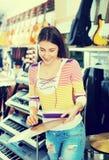 Batería que hace compras del adolescente en estudio de la música Imágenes de archivo libres de regalías