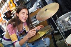 Batería que hace compras sonriente del adolescente en estudio Imágenes de archivo libres de regalías