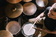 Batería que juega en la opinión de set-top del tambor Fotografía de archivo libre de regalías