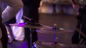 Batería que juega la percusión en el concierto almacen de metraje de vídeo