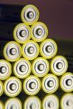 Baterías amarillas del doble A que reflejan en el espejo, concepto del almacenamiento de la electricidad Foto de archivo libre de regalías