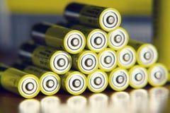 Baterías amarillas que reflejan, concepto del doble A del almacenamiento de la electricidad Fotografía de archivo libre de regalías