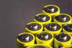 Baterías amarillas que reflejan, concepto del doble A del almacenamiento de la electricidad Fotos de archivo libres de regalías