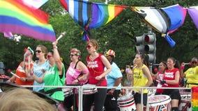 Baterías de las mujeres en Pride Parade capital almacen de video