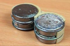 Baterías de níquel-cadmio escapadas y corroídas viejas Fotografía de archivo